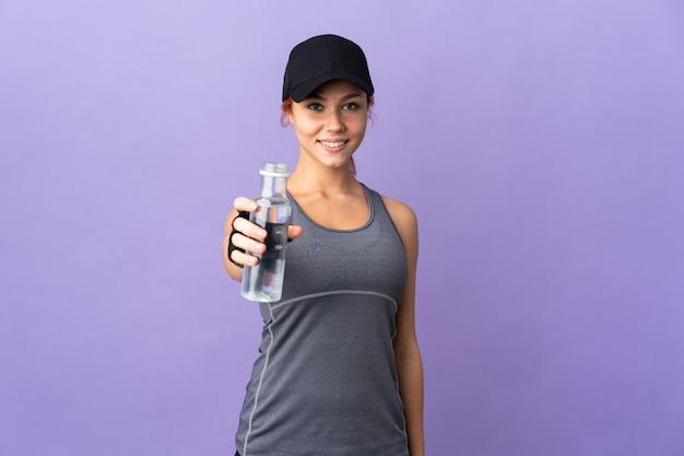 Nastolatka młoda kobieta odizolowywająca z sportową butelką wody