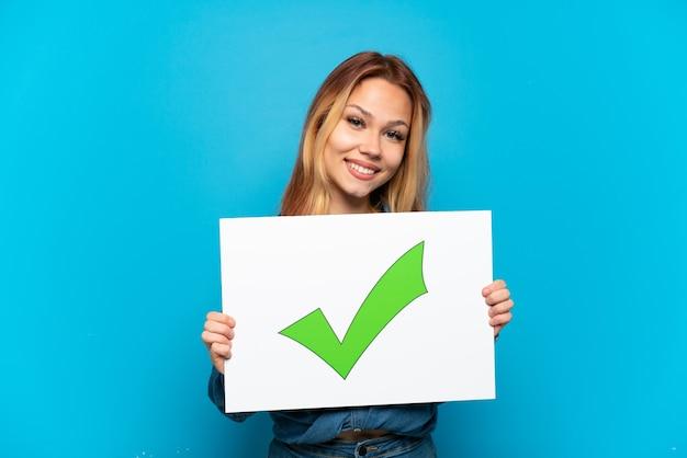 Nastolatka na białym tle trzyma afisz plac