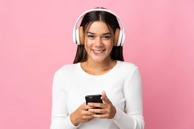 Nastolatka na niebiesko słuchanie muzyki z telefonu komórkowego i patrząc z przodu