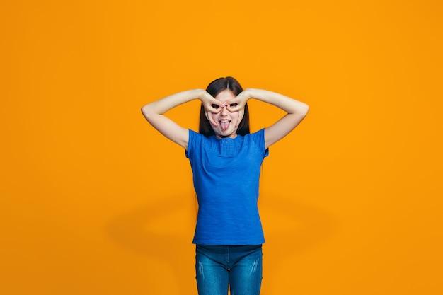 Nastolatka o zezowych oczach z dziwnym wyrazem twarzy