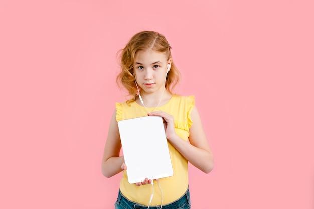 Nastolatka odrabia lekcje na tablecie