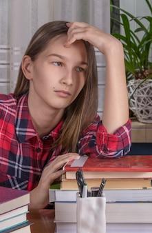 Nastolatka odrabia lekcje