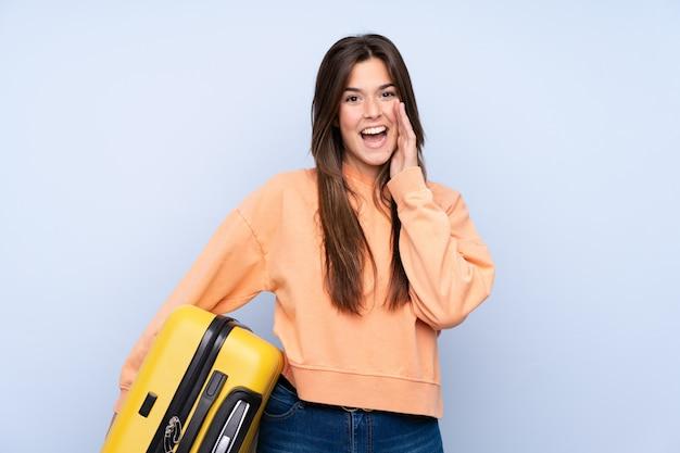 Nastolatka podróżnika kobieta z walizką