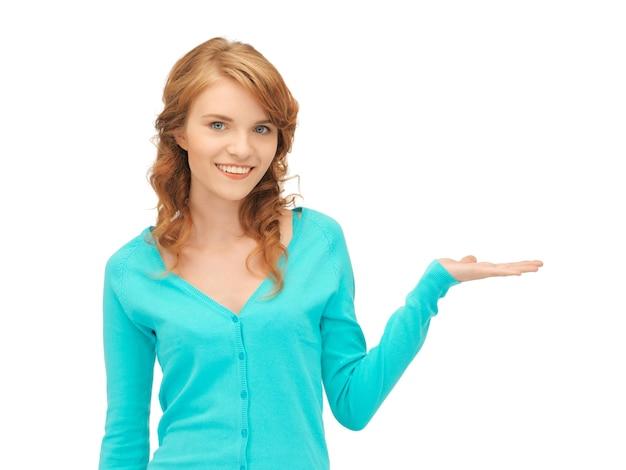Nastolatka pokazująca coś na dłoni