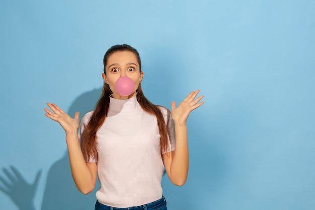 Nastolatka pompowania bańki gumy