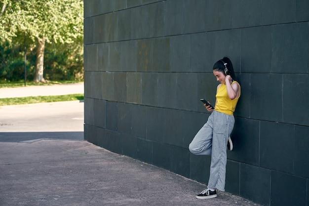 Nastolatka słuchająca muzyki poza instytutem