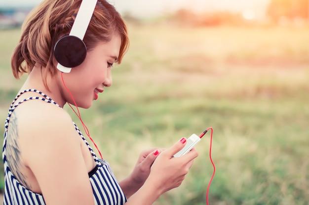 Nastolatka śmieje się podczas korzystania z niej komórkę