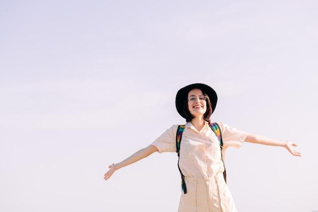Nastolatka uśmiechnięta wolna i szczęśliwa z otwartymi ramionami