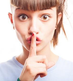 Nastolatka z brązowe oczy prosząc o ciszę