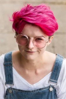 Nastolatka z wysokim kątem i różowymi włosami