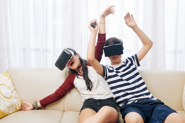 Nastolatki grające w gry akcji vr