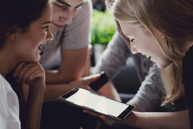Nastolatki korzystające z telefonów komórkowych