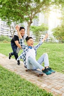 Nastolatki na deskorolce w parku