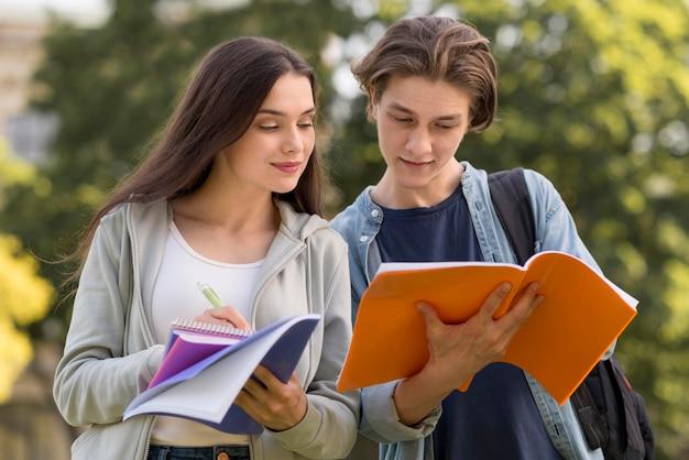 Nastolatki omawiające projekt w kampusie