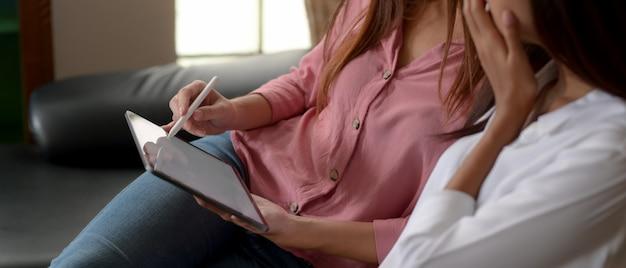 Nastolatki płci żeńskiej za pomocą tabletu