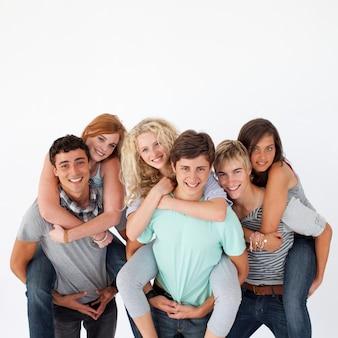 Nastolatki, podając ich znajomych przejażdżki piggyback