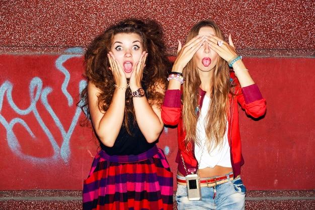Nastolatki podejmowania śmieszne twarze