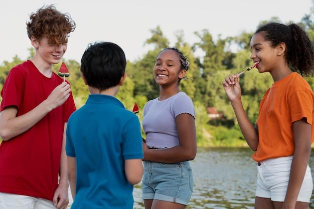 Nastolatki spędzają razem czas w lecie