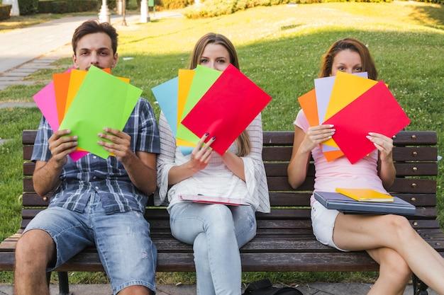 Nastolatki stwarzaję ... jasne papiery