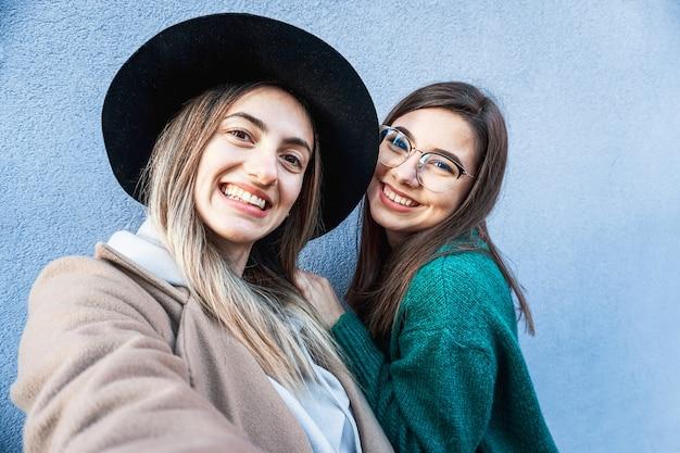 Nastolatki uśmiechając się i pozując