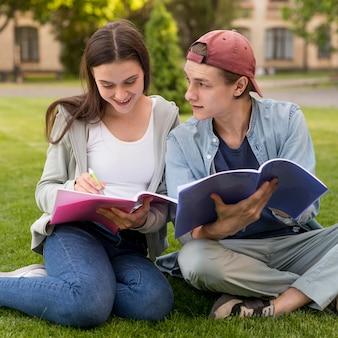 Nastolatki wspólnie omawiają projekt