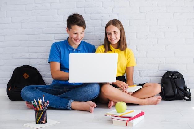 Nastolatki za pomocą laptopa