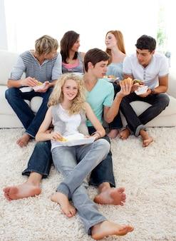 Nastolatkowie je hamburgery i frytki