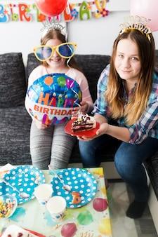 Nastolatkowie z kawałkiem ciasta
