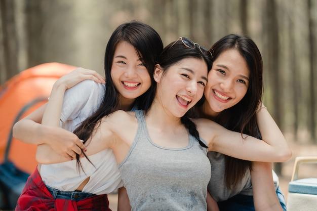 Nastoletni azjatycki żeński szczęśliwy ono uśmiecha się kamera