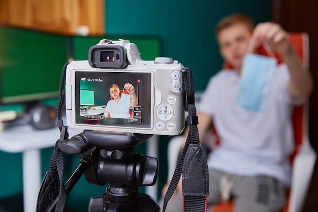 Nastoletni bloger opowiada o masce medycznej na blogu wideo.