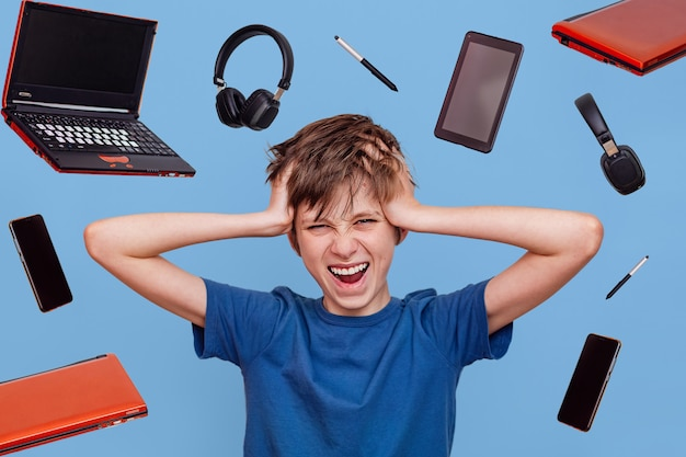 Nastoletni chłopak trzyma głowę w szoku nauka na odległość przez internet.