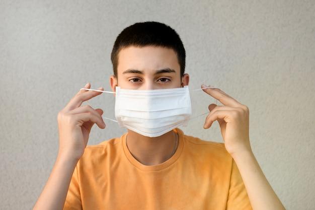 Nastoletni chłopak trzyma maskę