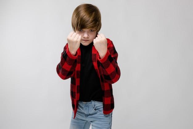 Nastoletni chłopak w modne ciuchy