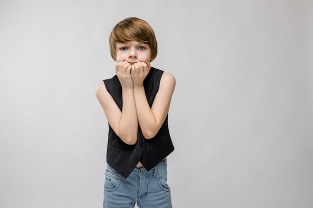 Nastoletni chłopak w modnych ubraniach