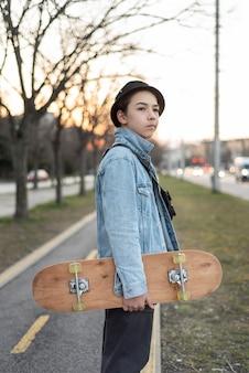 Nastoletni chłopak z deskorolką