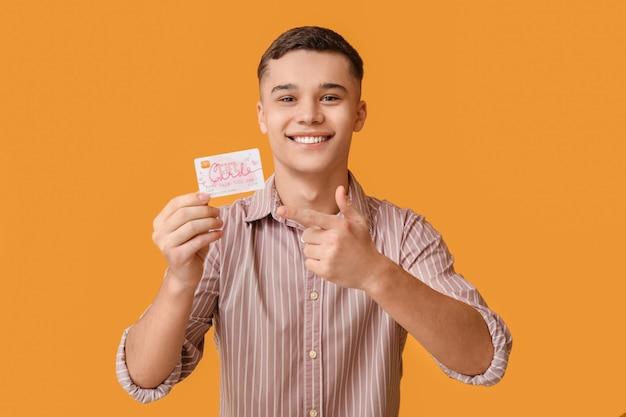 Nastoletni chłopak z kartą upominkową na kolor