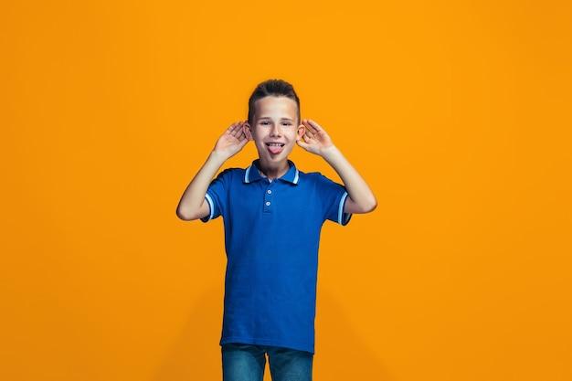 Nastoletni chłopiec o zmrużonych oczach z dziwnym wyrazem twarzy