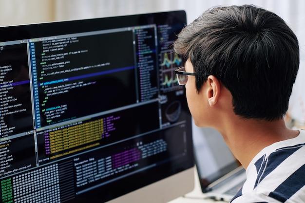 Nastoletni chłopiec sprawdzanie kodu programowania