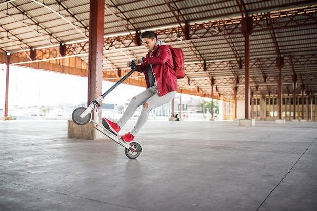 Nastoletni chłopiec stylu życia pojęcie z hulajnoga