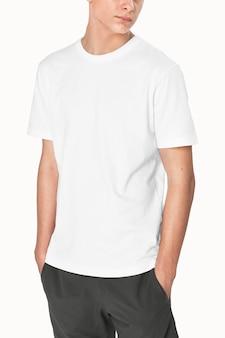 Nastoletni chłopiec w białej koszulce podstawowa sesja zdjęciowa odzieży młodzieżowej
