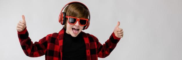 Nastoletni chłopiec w modnym clother i hełmofonach