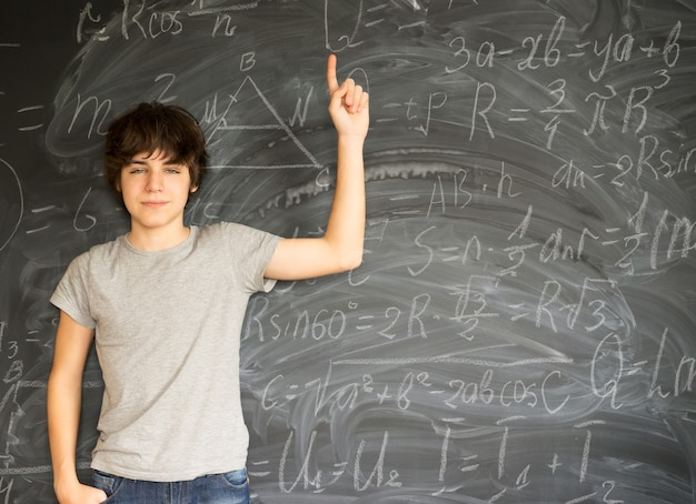 Nastoletni chłopiec wpada na pomysł z formułami matematycznymi