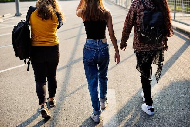 Nastoletni dziewczyna przyjaciele chodzi wpólnie