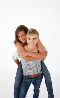 Nastoletni facet daje przyjacielowi piggyback przejażdżce