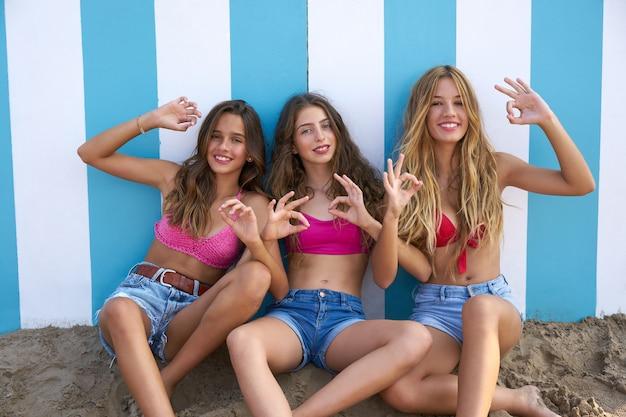 Nastoletni najlepsi przyjaciele dziewczyn śmieszny gest w plaży