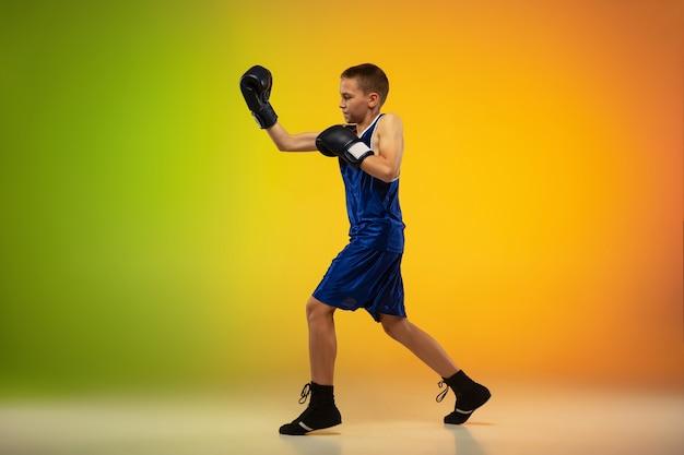 Nastoletni profesjonalny trening boksera