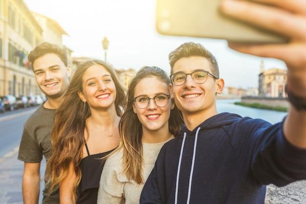Nastoletni przyjaciele biorący selfie razem w mieście