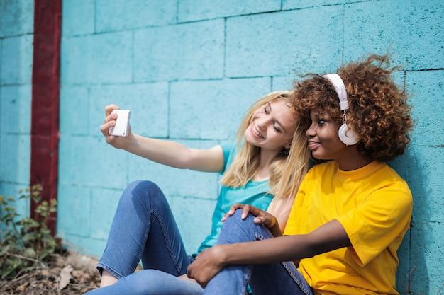 Nastoletni przyjaciele biorący selfie