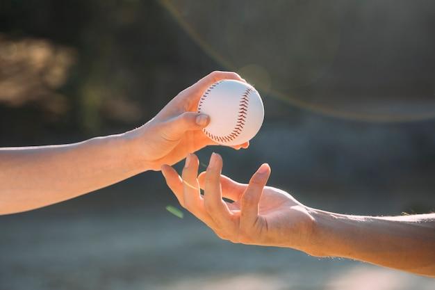 Nastoletni przyjaciele mijający baseball