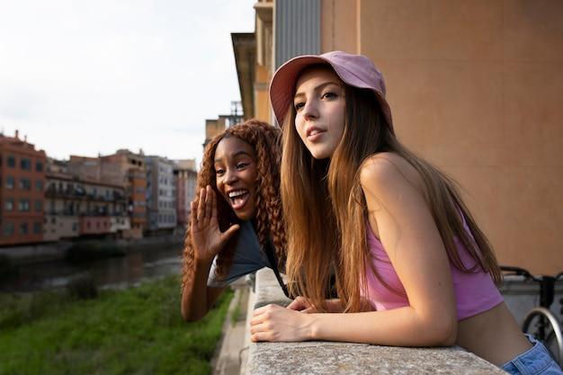 Nastoletni przyjaciele spędzają razem czas na świeżym powietrzu